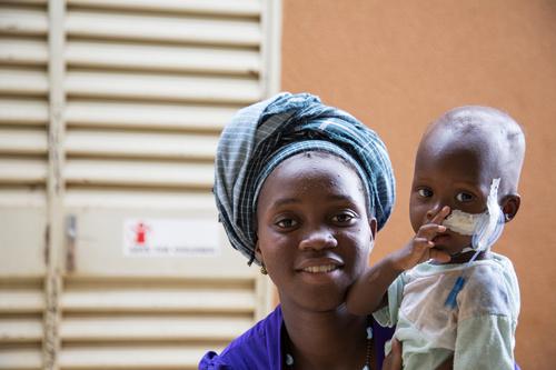 På sjukhusavdelningar som upprätthålls av Rädda Barnen vårdas livsfarligt sjuka, svårt undernärda barn. Från februari till maj fick över 300 barn hjälp på avdelningarna.