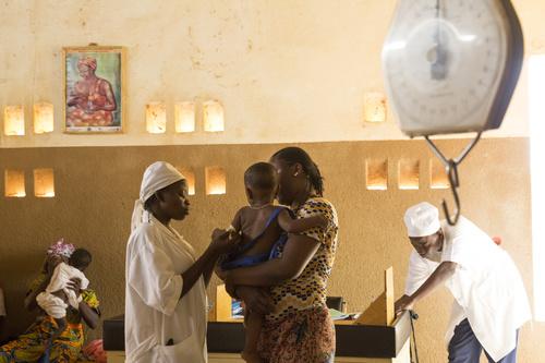 Barnens hälsotillstånd följs upp i vårdcentraler som stöds av Rädda Barnen. Bilder: Eeva Johansson/Rädda Barnen