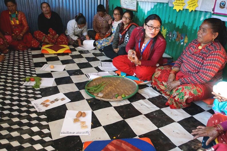 Koulutamme Nepalissa lasten vanhempia ja huoltajia esimerkiksi terveellisestä ja ravitsevasta ruuasta.