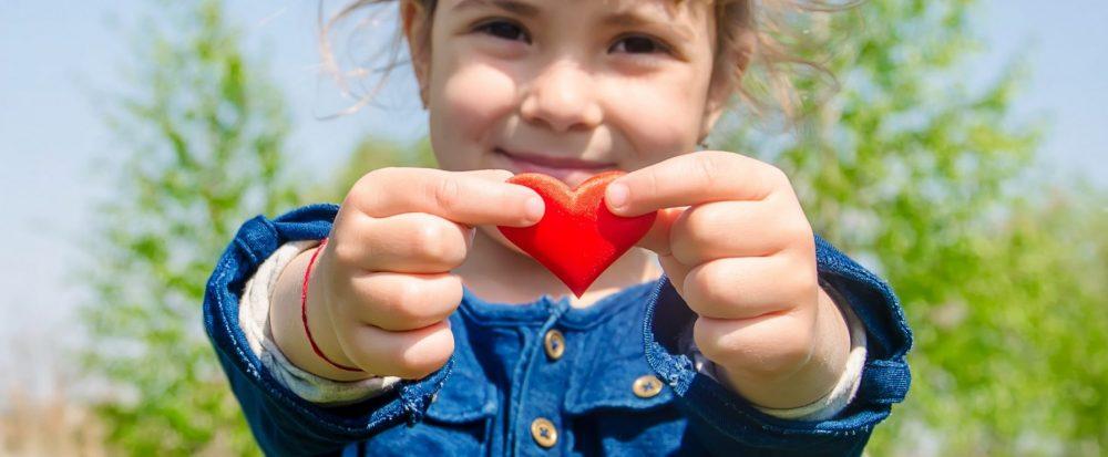 Tyttö pitelee sydäntä
