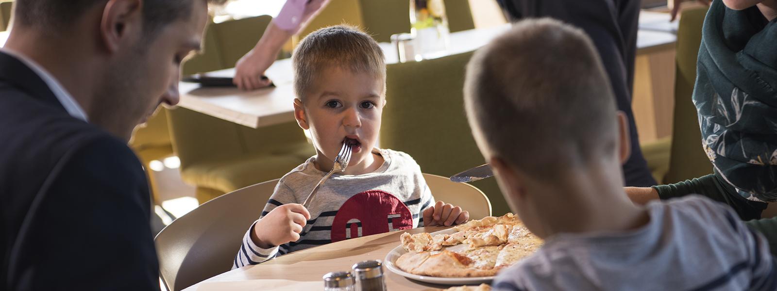 Vähävaraiset lapsiperheet syöneet jo yli 5000 ilmaista ravintola-ateriaa ePassin ja Pelastakaa Lasten tukemana