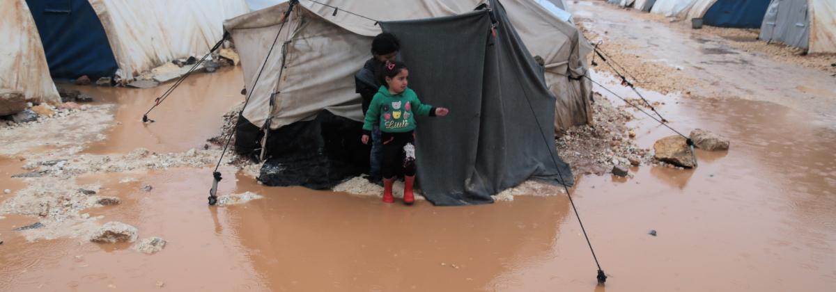 Tulvat ja ankara talvisää piinaavat väkivaltaa paenneita Luoteis-Syyriassa