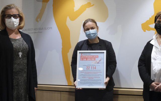 Yli 22000 suomalaista vaatii, ettei lastensuojelusta säästetä – Pelastakaa Lapset ry luovutti lastensuojelua koskevan vetoomuksen perhe- ja peruspalveluministeri Krista Kiurulle